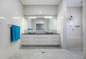 Ergothérapie - Salle de bain de plain pied pour personne agée avec banc de douche
